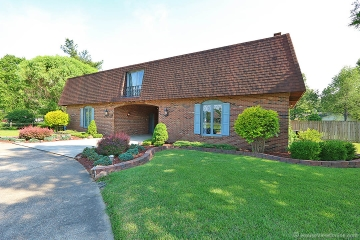 Home for sale in Sikeston MO 3 bedrooms, 2 full baths and 1 half baths